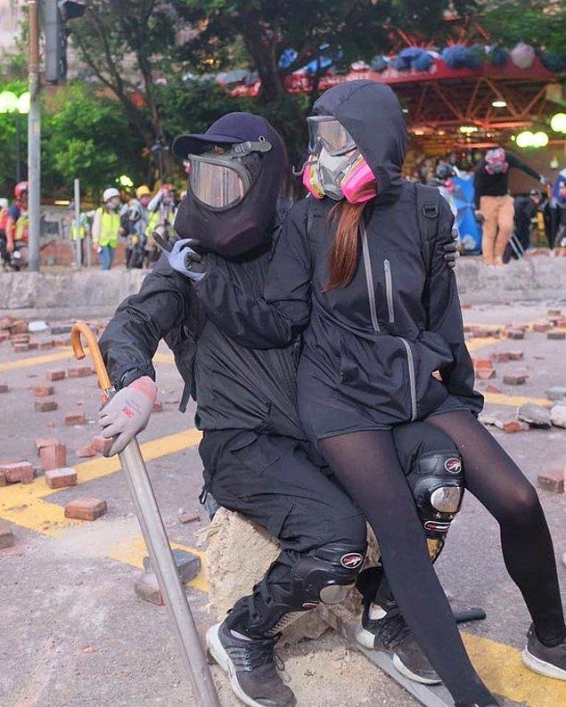 Protestolarda yer alan bir çift.