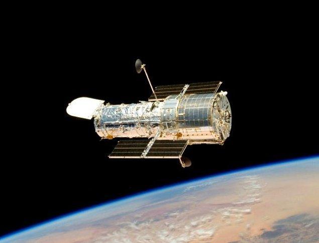 2001 - Hubble Uzay Teleskobu, Güneş Sistemi dışındaki Osiris adlı bir gezegenin hidrojenden oluşmuş bir atmosfere sahip olduğunu keşfetti. Bu Güneş Sistemi dışında keşfedilmiş ilk atmosferdir.