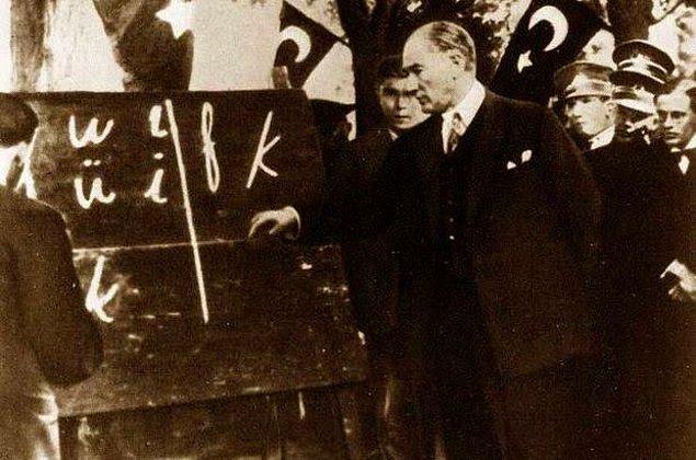 1928 - Yeni Türk harflerinin kullanımı yürürlüğe girdi. Gazeteler, mecmualar, levha, tabela ve ilanlar yeni harflerle basılmaya başladı.