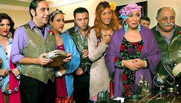 2004 yılında Show TV'de yayınlanan Cennet Mahallesi; Melek Baykal, Müjdat Gezen, Erol Günaydın, Özkan Uğur ve Zeki Alasya gibi ustaların, aynı zamanda Çağla Şikel ve Alişan gibi isimlerin yer aldığı efsane bir komedi dizisiydi.