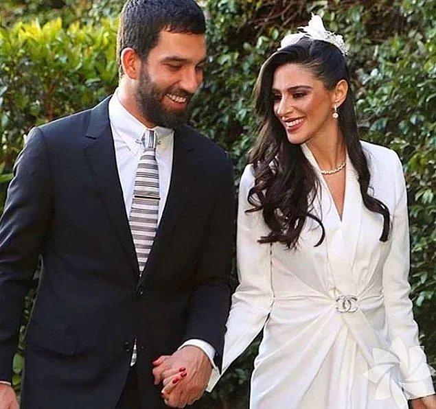 16. Arda Turan 2.5 yıllık sevgilisi Aslıhan Doğan ile 2018 yılında dünya evine girdi. Arda Turan'ın nikah şahitliğini ise Cumhurbaşkanı Recep Tayyip Erdoğan yapmıştı.