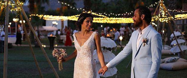 17. Çukur'un Vartolu'su Erkan Kolçak Köstendil ve oyuncu sevgilisi Cansu Tosun ilginç düğünleri ile büyük beğeni topladı. Festival tadında bir düğün yapan mutlu çift 2018 yılında evlenenlerden.