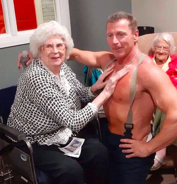 В дом престарелых вызвали стриптизера по просьбе одной постоялицы