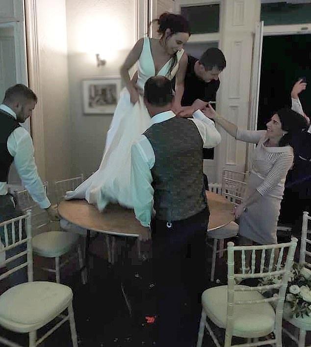 В Великобритании молодожены решили разойтись прямо во время свадьбы