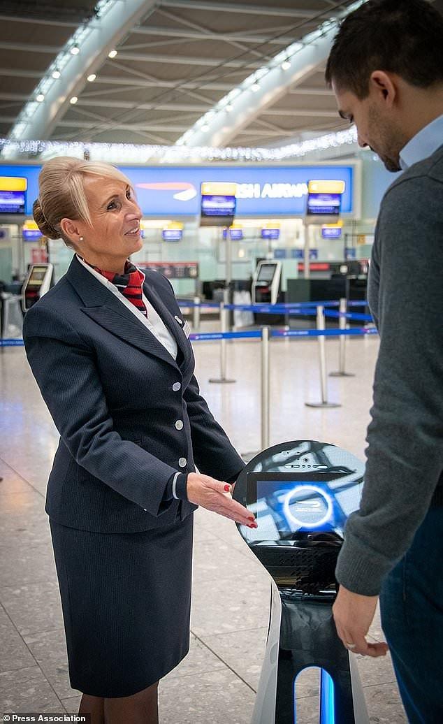 В лондонском аэропорту Хитроу появились роботы, которые могут отвечать на вопросы пассажиров British Airways и проводить их в кафе, туалеты и зоны регистрации