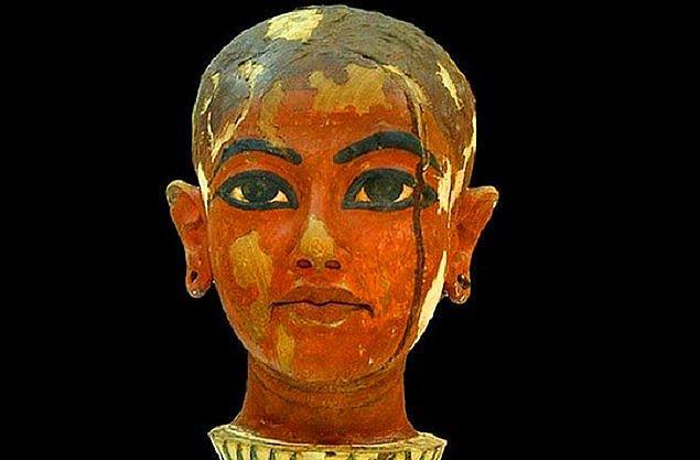 3. Tutankhamun kral olduğunda henüz 9 yaşındaydı. Bu nedenle o dönemde çoğu karar yüksek rütbeli görevliler tarafından veriliyordu. Yaşından dolayı 'Çocuk Kral' olarak da biliniyordu.