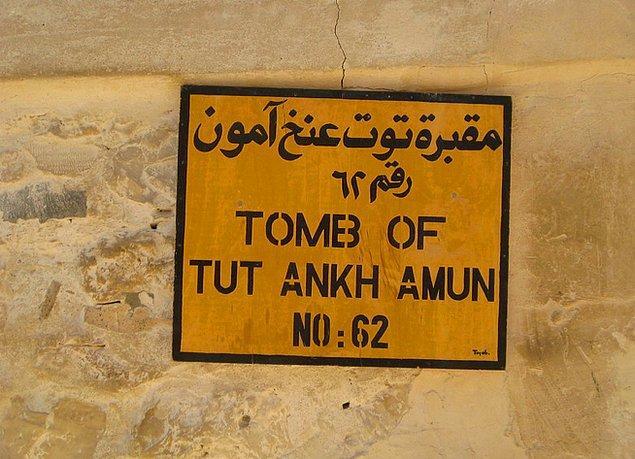 9. Tutankhamun'un mezarı bulunduktan sonra araştırmacılar orada Nefertiti'nin de mezarının bulunduğu gizli bir oda olduğunu düşünüyorlardı. Ancak öyle bir gizli oda hiçbir zaman bulunamadı.