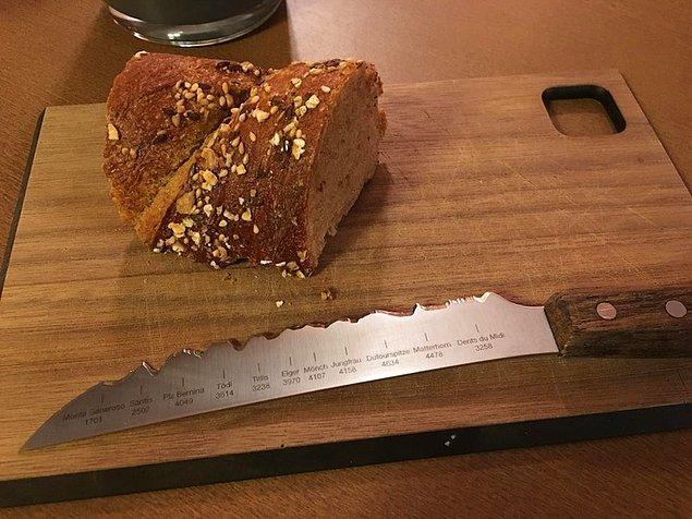 5. Bir İsviçre restoranında bulunan bıçağın keskin tarafına, İsviçre Alplerinde bulunan tepelerin görüntüsü verilmiş.