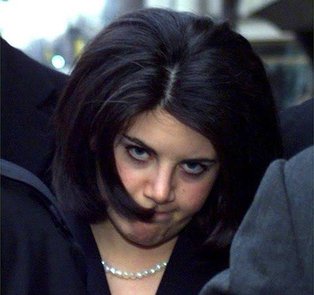"""Bu teselliden sonra yine koridorda öpüşmeye başlıyorlar. Tahmin edeceğiniz gibi yine oral seks başlıyor, hatta Başkan kendisine gelen telefonları bile o anda açıyor. Monica'ya """"Devam et, kesme"""" diyor."""
