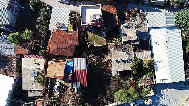 """5. Mersin'in Tarsus ilçesinde, 4 gecekondulu bir sokakta MİT gözetiminde 2016 yılında başlayıp 1 yıl süren kazının yapıldığı 'gizemli ev' meraklı vatandaşların uğrak yeri oldu. Kazı yapılan evlerden birinin sahibi Ali Atasever, """"Merak edip gelenler, fotoğraf çekiliyor. Burası adeta turistik bir mekana dönüştü"""" dedi."""
