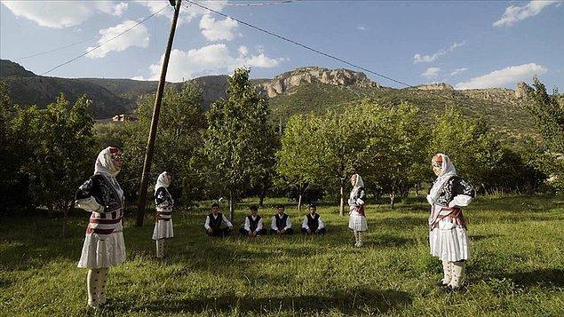 Türkiye farklı farklı kültürlerin bir arada yaşadığı rengarenk bir ülke. Yemekleriyle, dilleriyle, oyunlarıyla ve yaşam tarzlarıyla birbirinden değişik kültürlerle iç içeyiz.
