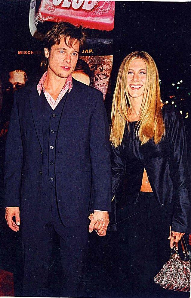 4. Bu aşk üçgeninin hikayesine, Jennifer Aniston ile Brad Pitt'i ilk kez ele ele gördüğümüz bu nostaljik fotoğrafla başlayalım. Sene 1999, Brad Pitt de Jennifer Aniston da genç birer oyuncu olarak henüz kariyerlerinin başındalar. Bir akşam yemeğinde ilk kıvılcımları ateşlenen aşk tam olarak ne zaman bir ilişkiye dönüştü onu bilmiyoruz ama, onları ilk kez Emmy Ödüllerinde el ele kırmızı halıda salınırken görüyoruz.