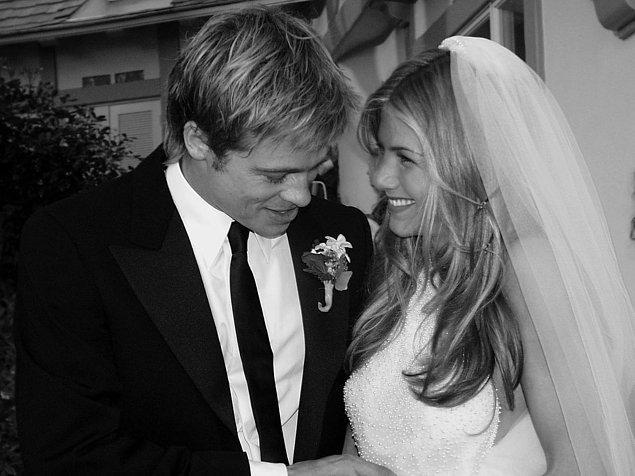 7. Ve tarih 29 Temmuz 2000'i gösterdiğinde büyük gün gelip çatmıştı. Çiftin ani evlilik kararının ardından düğün de beklenen en kısa zamanda gerçekleşiyordu. Malibu'daki bu düğün, gösterişli olmasının yanı sıra oldukça romantik de bir organizasyondu tabii tahmin edeceğiniz üzere... Her yerde çiçekler, havai fişekler...
