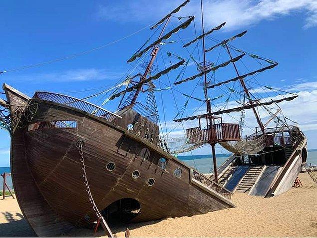 3. Çocukların sahilde oynaması için tasarlanmış büyük bir korsan gemisi