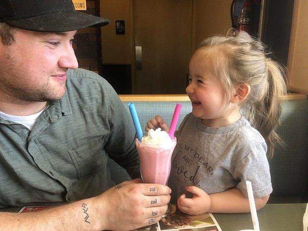 """15. """"Babam ve ben hep milkshake almaya giderdik. Kızımla beraber ilk milkshake'imizi paylaşıyoruz."""""""