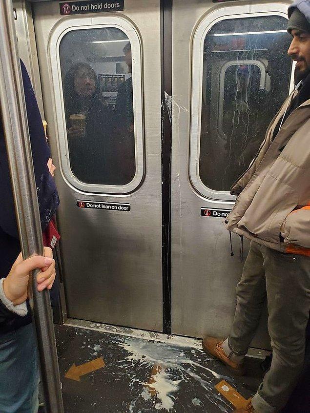 20. Metro kapılarının kapanmasını kahvesiyle engelleyen(?) bir arkadaşın gazabına uğramak tatsız olmalı...