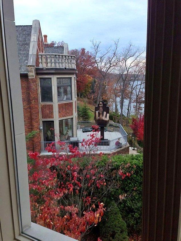 """9. Sinirli koca, eski eşinin oturduğu evin tam karşısında bir ev almış ve bahçesine eşinin her sabah uyandığında görmesini istediği bir heykel yaptırmış."""""""