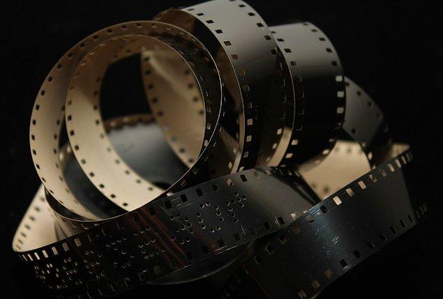 """4. """"Film izlerken elini kalçama koydu ve bu durum biraz hoşuma gitti. Daha sonrasında kalçamı sıktı fakat bu kadar da ileri gitmemesini söyledim..."""