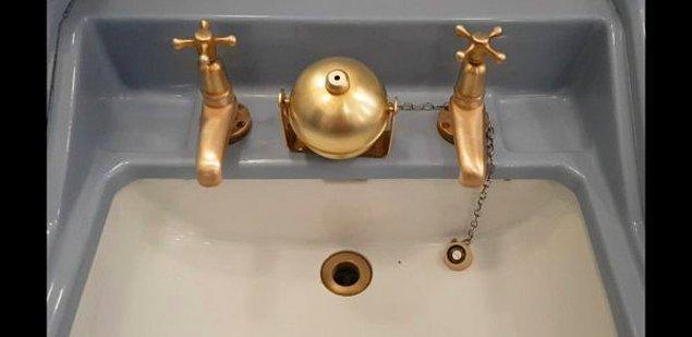 """5. """"Londra'da bir tuvalette gördüm, ortadaki şey nedir? Şu anda içinde herhangi bir şey yok."""""""