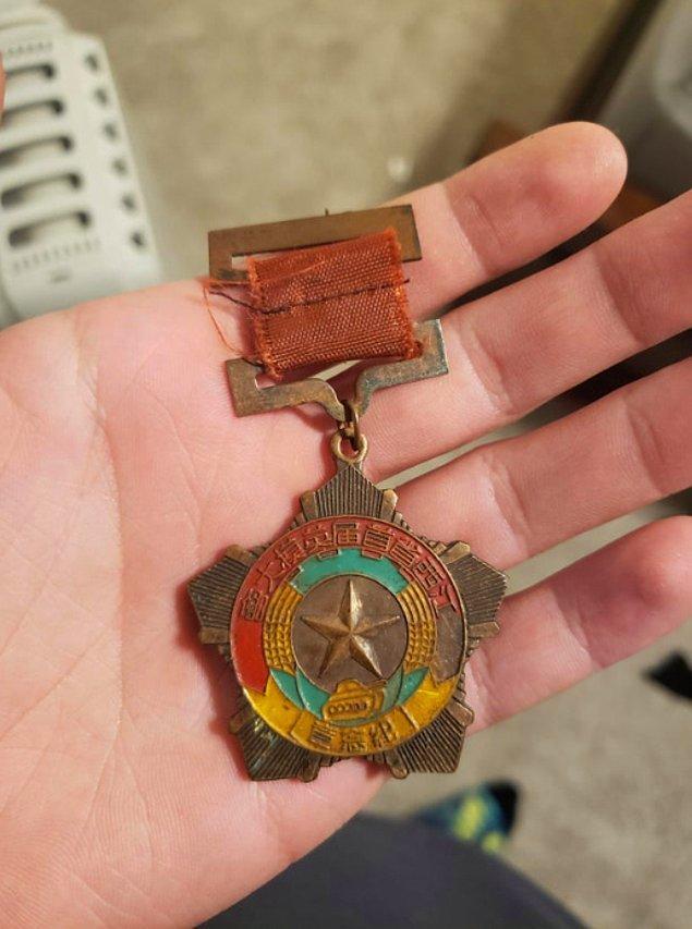 """22. """"Çocukken, bunu bir arkadaşımla takas edip almıştım. Bir onur madalyonu olabilir ama bilemiyorum."""""""