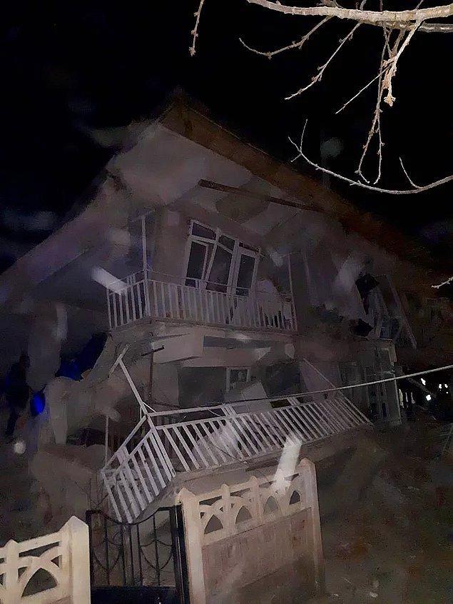Elazığ'ın Sivrice ilçesinde meydana gelen 6.5 büyüklüğündeki depremde yıkılan binalarla birlikte çok sayıda insan zor durumda kaldı.