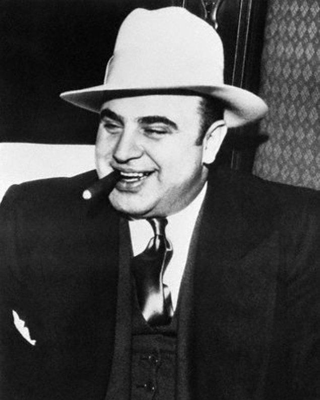6. 1986'da 30 milyon insan Al Capone'nin gizli kasasının açılışına tanık olmuş ve sadece çamur ve boş kaçak içki  şişeleriyle karşılaşmışlardır.