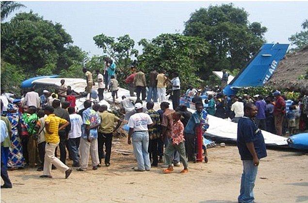 12. 2010 yılında Kongo'da bir uçak, içinde kaçırılan timsahın serbest kalması ve yolcuları korkutması sonucu düşmüştür.