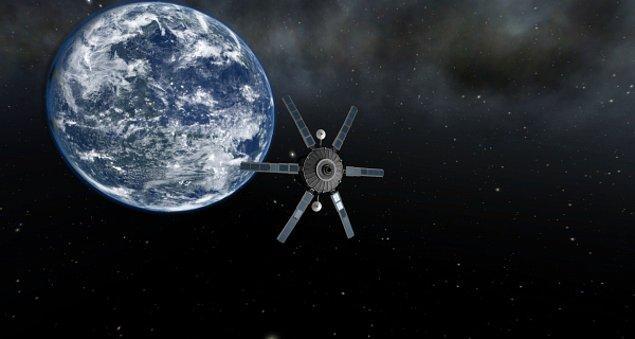 8. Sovyetler Birliği tarafından 1957'de uzaya fırlatılan ilk uydu olan Sputnik'in adının orijinal anlamı nedir?