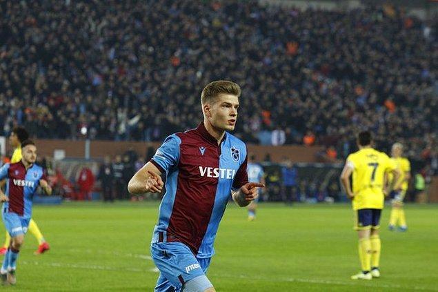 15. dakikada Trabzonspor'da Ekuban'ın sol kanattan içeri yaptığı ortada Alexander Sörloth, topu kontrol eder etmez yaptığı vuruş sonucunda takımına beraberliği getirdi: 1-1.