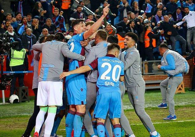 Bu galibiyetin ardından 38 puana yükselen Trabzonspor maç eksiğiyle 3. sıraya yerleşirken, Fenerbahçe ise 37 puanda kaldı.