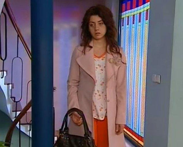 7. Bu pembe paltoyu unutmak imkansız. Necla'nın Leyla'nın suratına çarpıp gittiği, Leyla'nın uzunca bir süre üzerinden çıkaramadığı o palto...