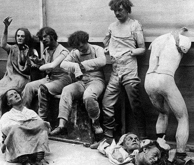 6. 1925 yılında Londra'daki bir müzede çıkan yangında yanan balmumu heykelleri...