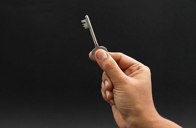 """12. """"Küçüklüğümden beri komşumuzun anahtarı bizde, bizim anahtarımızda onda acil bir durum olursa diye durur. Anahtarımızı verdiğimiz günden beri buzdolabında peynir, masanın üstünde meyveler buluyoruz..."""
