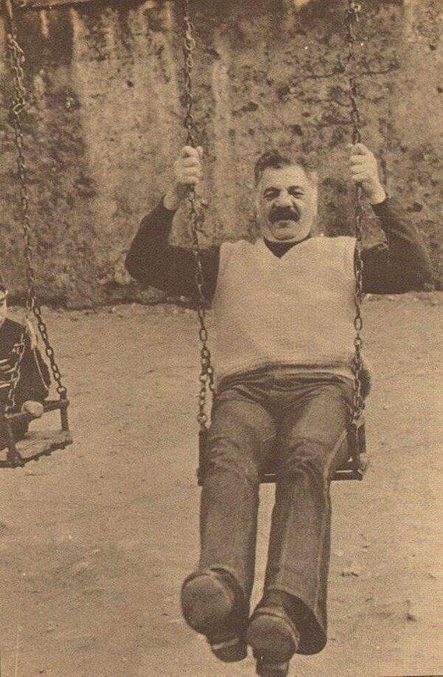 21. Yeşilçam'ın 'Kötü Adamı' Erol Taş'ın salıncak keyfi, İstanbul, 1988.