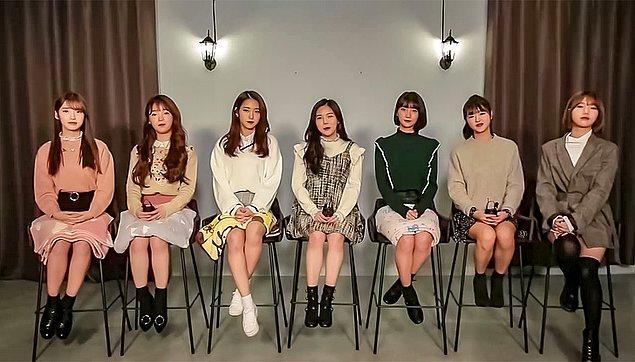 1. Koreli kadınlar dizlerinin üzerinde battaniye ile otururlar.