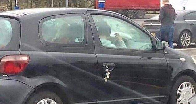 """19. """"Arabasının anahtarını arıyor."""""""
