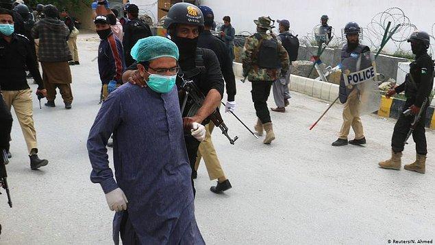 Pakistan'da koruyucu malzeme isteyen sağlık çalışanları açlık grevinde