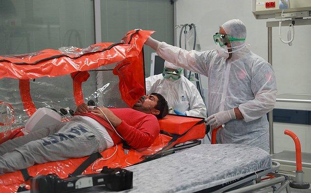 Uçaktan alınan Emrullah Gülüşken ve 3 çocuğu daha sonra Ankara Şehir Hastanesi'ne götürüldü. 📷