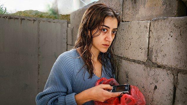 Birçok gerilim ve dram sahnelerinden oluşan dizide; Aliette Opheim, Türk kökenli Gizem Erdoğan, Amed Bozan, Lancelot Ncube ve Albin Grenholm karakterlere can veriyor.