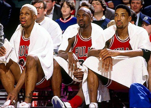 Dennis'in de aralarına katılmasıyla Jordan, Pippen ve Rodman üçlüsü sezona mükemmel bir başlangıç yapar