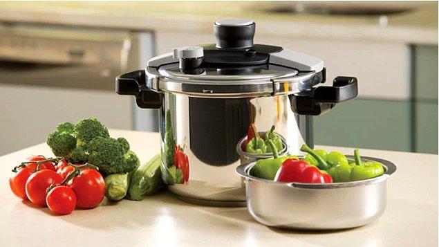 Mutlaka bir düdüklü tencere edinin. Yüksek basınç ve sıcaklıkta yemekleriniz daha hızlı pişer ve %50-70 arası enerji tasarrufu harcanır.