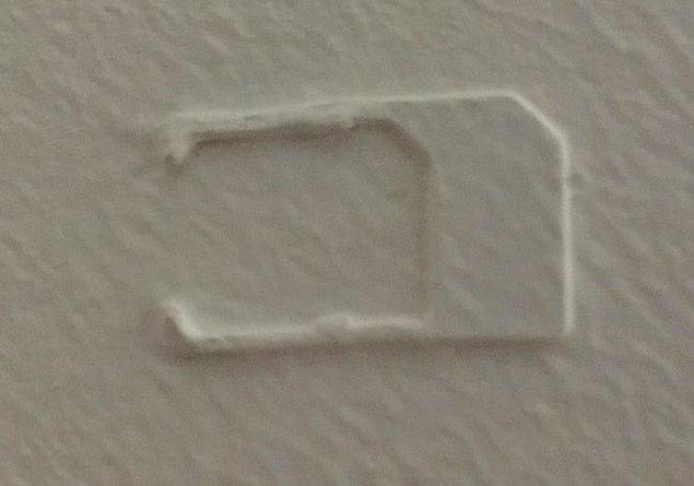 """12. """"Yeni evimin tavanında bu şekilde eski bir SIM kart buldum."""""""