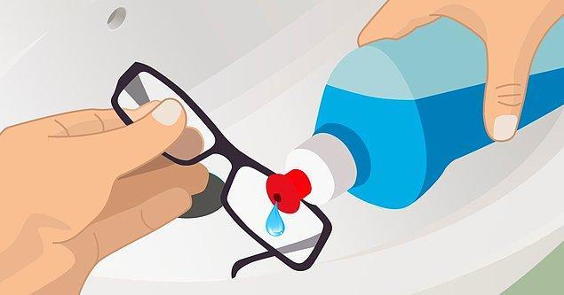 4. Evden çıkmadan önce gözlüklerinizi bulaşık deterjanı ile yıkayın.