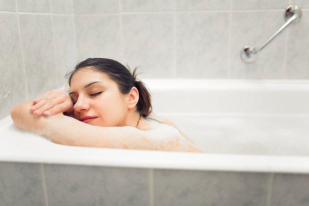 12. Uykudan önce duş almak çoğu insanın vazgeçilmezi ve tavsiye edilmediğini öğrenmek şaşırtıcı.