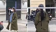 Женщина гуляет на улице с палкой на голове, чтобы не подпускать близко людей