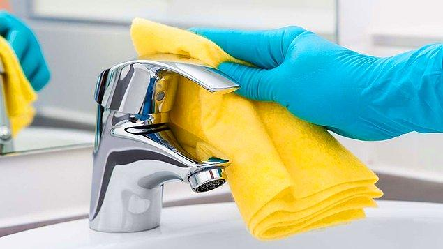 Oda temizliği eldivenle yapılacak ve temizlenen her odadan sonra, kullanılan eldiven çöpe atılıp, eller dezenfekte edilecek.