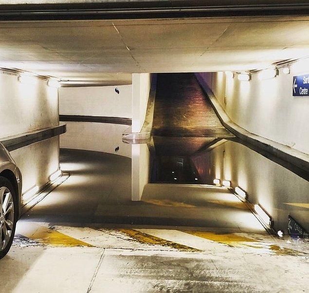 8. Garajda gerçek dışı bir su birikintisi.