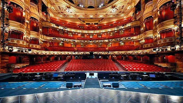 Tiyatro konusunda deneyimden bağımsız bir yargı var. Siz örgü örmeyen birinin örgü örmeyi övdüğünü görmüş müydünüz?
