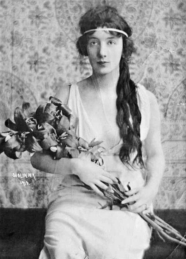 17 yaşındayken alışveriş sırasında fotoğrafçı Felix Benedict Herzog keşfetti genç kızı.