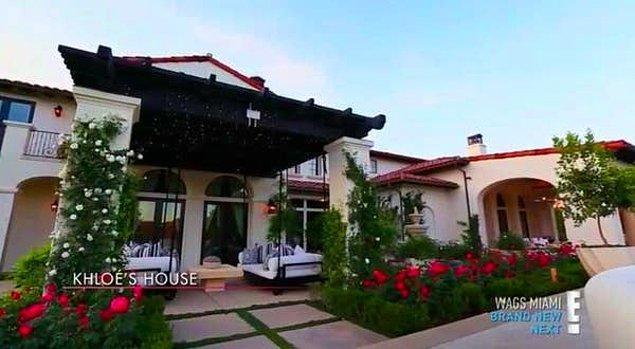 Bu lüks evin 11,000 metrekarelik ve 2 dönümlük bir arazi üzerinde olduğu ve 'Malibu Canyon'da bulunan 16 malikaneden biri olduğu söyleniyor.
